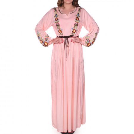فستان أريج المُطرز باللون الوردي الفاتح