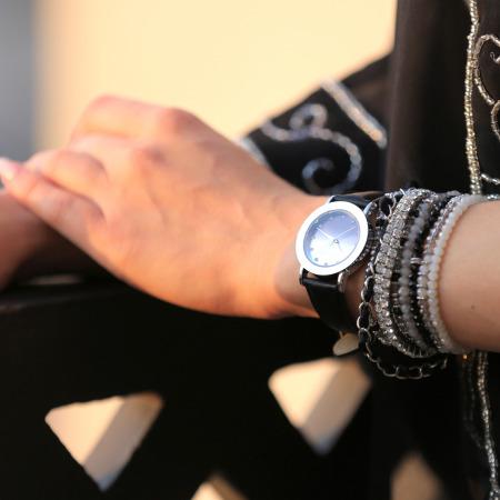 ساعة جلدية كلاسيكية باللون الأسود